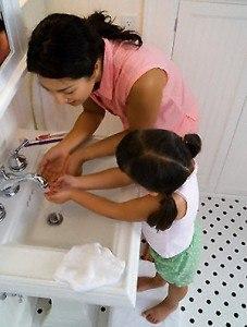 Rửa tay trước khi ăn phòng bệnh viêm đại tràng